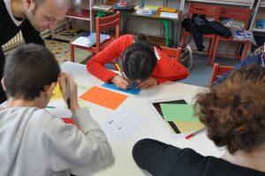 Gwen animant un atelier d'écriture pour enfants